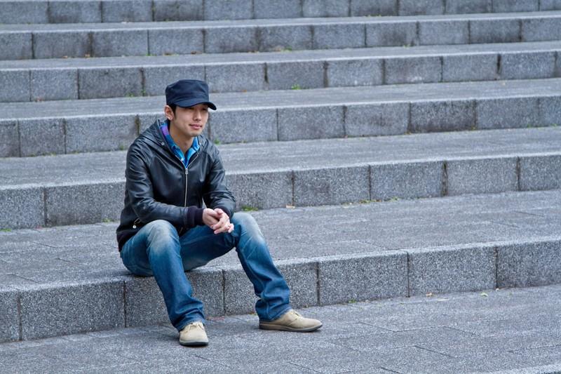 階段に腰掛ける大人